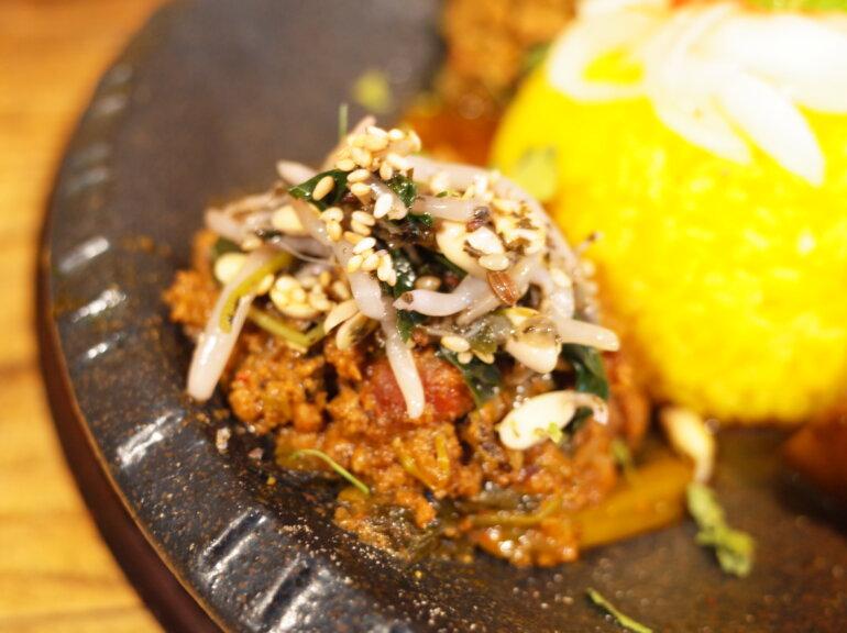 赤紫蘇とモロヘイヤのアジョワンナムルのせ空芯菜のプルコギ牛豚キーマ